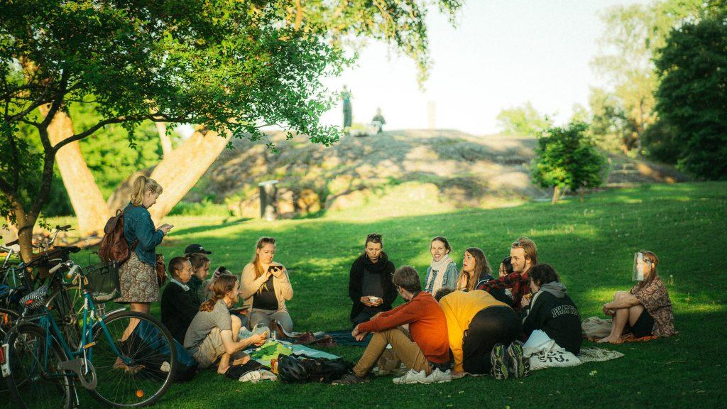 Lempikuoro laulamassa puistossa